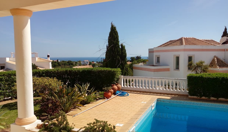 Tripalgarve immobilier albufeira Très belle villa avec vue mer dans un quartier résidentiel